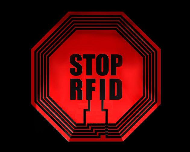 En quelques années, elles ont envahi notre quotidien : médical, distribution, transports en commun, les puces RFID (pour Radio Frequency Identification entendez par-là identification par radiofréquence), se multiplient. Face à ce développement massif, beaucoup, associations de protection de la santé en tête, s'interrogent : et si la puce RFID, qui facilite tant notre quotidien, n'était en réalité qu'un danger de plus ?