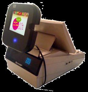 Ecran tactile placé devant les caisses et relié à internet