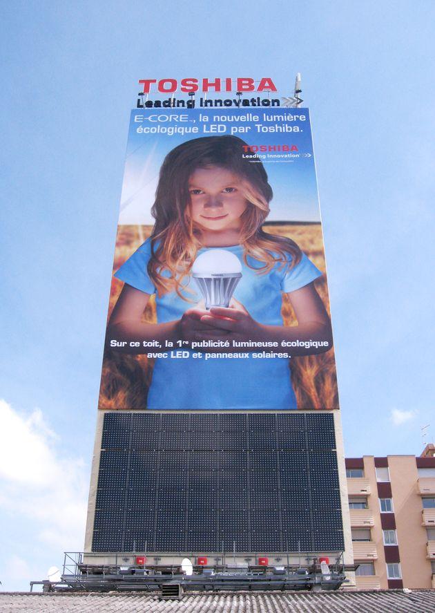 Ce dispositif d'affichage lumineux combine LED et énergie solaire ; il réduit la consommation d'énergie de 80% vs. le néon.