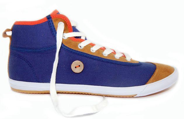 """Créée par Nicolas Rohr et Frédéric Mugnier en mars 2009 alors qu'ils étaient étudiants, la marque de chaussures Faguo se positionne comme tendance et responsable. Ses tennis sont caractérisées par un bouton en noix de coco cousu sur le côté, symbole de l'action de la marque : pour chaque paire achetée, un arbre est planté, dans une volonté de compenser ses émissions de carbone. Avec un cœur de cible : 20-30ans, Faguo se place sur un marché """"mode grand public""""."""