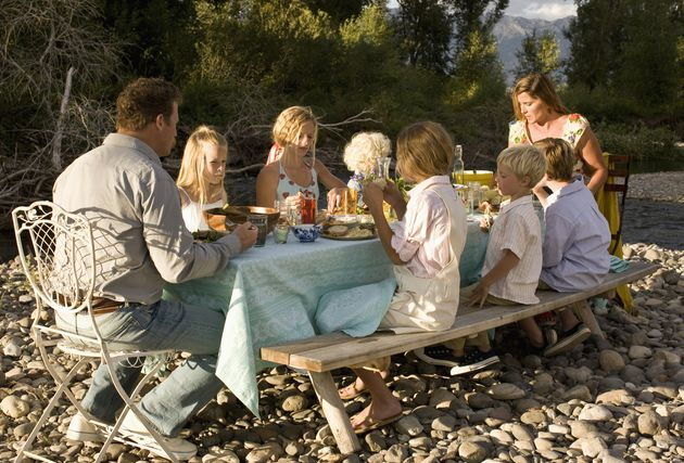 La période estivale se conjugue très souvent avec loisirs et départs en vacances, mais pas pour toutes les familles. Acxiom, expert en connaissance client et ciblage marketing, revient aujourd'hui sur la consommation liée aux vacances et aux loisirs des français. Sur la base des données issues de sa Grande Enquête sur la Consommation des foyers français1, Acxiom étudie la baisse du budget consacré aux vacances et aux loisirs des populations de classe moyenne2 entre 2007 et 2010.