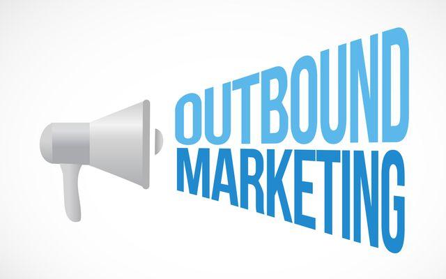 Comment les startups peuvent-elles choisir entre Outbound et Inbound Marketing pour développer leur visibilité ?